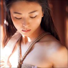 """謎の美女・祥子、初の温泉ロケで""""丸裸""""状態!? 芸能界の意外な交友関係も明らかに"""