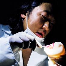 舌や喉のザラザラ感を実感!! リアルなフェラチオを体感できる『極フェラ』にロバート・秋山が悶絶?