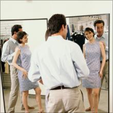 試着室で中出し! 鏡の前で口をふさがれ、レイプ気分で立ちバック体験