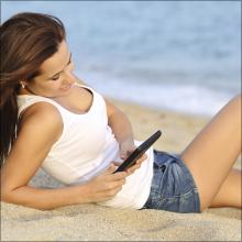 彼氏に電話させながら固くなったクリを刺激! 夏が来ると思い出す禁断の砂浜セックス