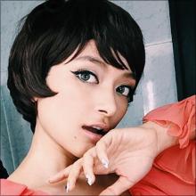 ローラ、黒髪ショートヘアに驚きと賞賛の声! 時折見せるギャップでファンを魅了