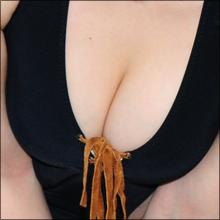 「ベッドのシーンでは、何故かいろんなモノを舐めさせられました(笑)」 酒豪で裸族なグラドル・あいざきしの!!