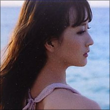 「おっぱい大きくなってる」 小松彩夏、胸の谷間があらわなセクシーキャバ嬢役で人気作に登場