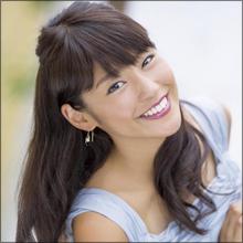 黒すぎる女子アナ・岡副麻希、ウィンク&髪をかき上げる誘惑ポーズでファン魅了