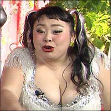 渡辺直美、超ミニスカドレスで豊満バストの谷間あらわに! セクシーな魅力を感じるファンも続出