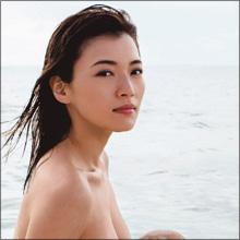 ほぼ全裸ショット&過激インスタで人気拡大中! 元女芸人・伊藤しほ乃、持ち前のルックスをタレント業に生かせるか