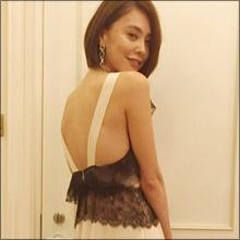【女性タレントSNSセクシー】滑らかなラインが美しい肩見せショット