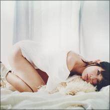 紗栄子、お尻丸出しセクシーショット! 色っぽい視線にファンもドキリ