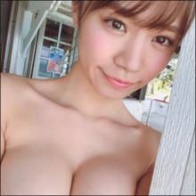 【SNSセクシー】ショートカット美女のムッチリ谷間ショット!