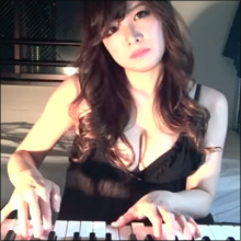「ちょっと18禁なエッチな動画」公開! セクシーすぎるジャズピアニスト・高木里代子