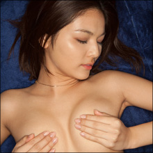 淫らなポーズを強要されるウブな新人! 美形グラドル・秋本翼、過激シーン目白押しの大胆イメージ