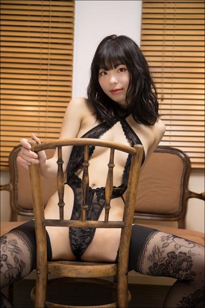 美少女がこんなエッチなことを考えているなんて…グラドル・鳴海千秋、彼のために大胆M字開脚&ねっとりキャンディ舐め!!の画像2
