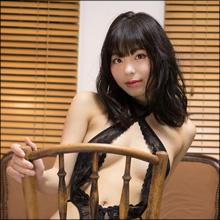 美少女がこんなエッチなことを考えているなんて…グラドル・鳴海千秋、彼のために大胆M字開脚&ねっとりキャンディ舐め!!