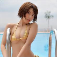 「小尻」と「まん丸乳」に熱視線! 金子智美、三角ビキニで魅惑のボディを見せつける