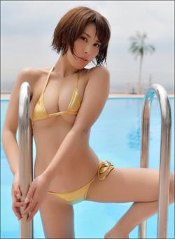 「小尻」と「まん丸乳」に熱視線! 金子智美、三角ビキニで魅惑のボディを見せつけるの画像1