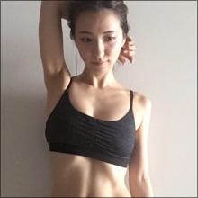 見事な腹筋、盛り上がった胸、丸々としたお尻…美女タレントのワークアウト姿が刺激的!