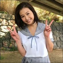 パンチラ寸前ショットにダブルピース! 佐山彩香、エロ可愛いセーラー服姿に「日本一」の声