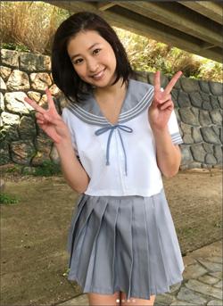 パンチラ寸前ショットにダブルピース! 佐山彩香、エロ可愛いセーラー服姿に「日本一」の声の画像1
