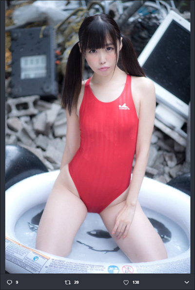 【SNSセクシー】グッとくるボディライン! 刺激的な腰つきの膝立ちショットの画像2