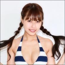 """【SNSセクシー】胸のふくらみがよくわかる! 美女グラドルの""""しましまビキニ""""ショット"""