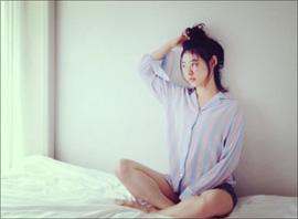 瀧本美織、公式カレンダーで艶っぽい姿! メイキング映像では真っ白な美脚を大胆露出の画像1