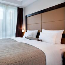 【エロ体験談】後輩女子と1泊2日の出張へ! 宿泊先のホテルが、まさかのダブルで…