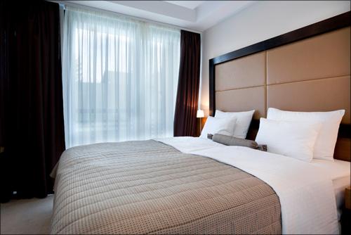 【エロ体験談】後輩女子と1泊2日の出張へ! 宿泊先のホテルが、まさかのダブルで…の画像1