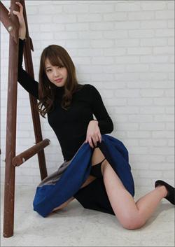 「露出狂なお姉さんは好きですか?」吉野七宝実、ハレンチな胸揉みムービーにファン大興奮!の画像1