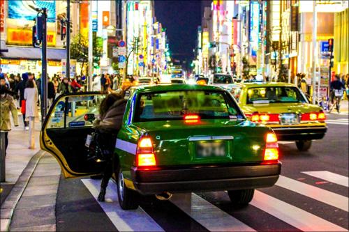 【エロ体験談】超絶美女の乗客が豪快パンチラ! そのとき運ちゃんは…の画像1