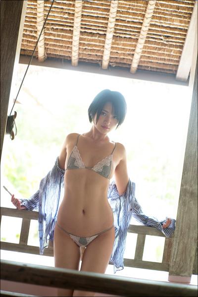 微乳グラドル・鈴木咲、ラストDVDで限界露出! 水着を脱ぎ捨て悩殺ポーズ連発の画像2