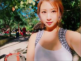 佐山彩香、お正月旅行のリゾートショットに興奮の声! ムチムチボディでファンを刺激の画像1