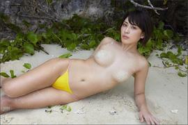 金子智美、目を疑う超過激ショット! 感謝の砂ブラでファンを悩殺の画像1