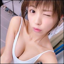 【SNSセクシー】谷間くっきりの爽やか白水着ショット!