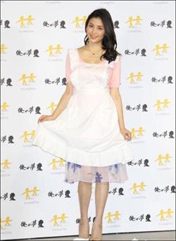 橋本マナミが俺の嫁に! 谷間チラリのエプロン姿にファン歓喜の画像1