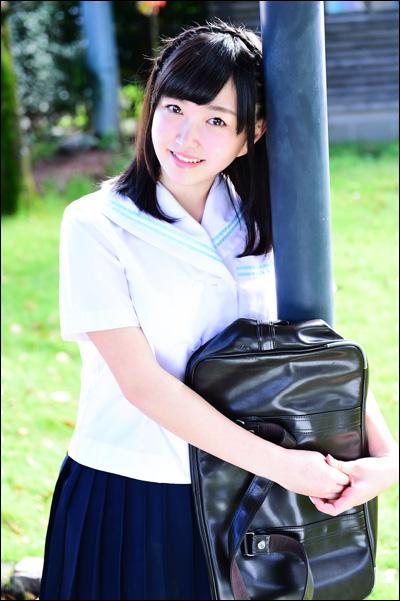 現役女子大生グラドル・松岡晴香、初DVDで読書家の美少女とマッサージに悶えるエッチなJK!の画像2