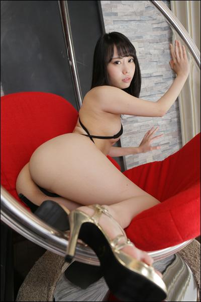 乳首ポッチに手ブラにM字開脚! 美形グラドル・MISUZU、超過激なシーンの後にめっぽう可愛いJK姿!!の画像2