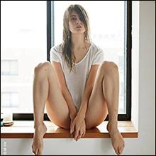 マギー、下半身ヌードに見えるM字開脚にファン興奮…男女支持の両立でハーフ系モデルの混戦から抜け出すか