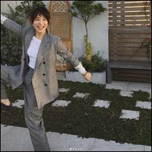 石田ゆり子、謎ポーズ連発のはっちゃけ写真で男性ファンを癒しまくり