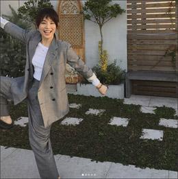 石田ゆり子、謎ポーズ連発のはっちゃけ写真で男性ファンを癒しまくりの画像1