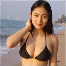 「やっぱりデカいな」紗綾、黒ビキニ姿でピッチピチのGカップ巨乳を披露!
