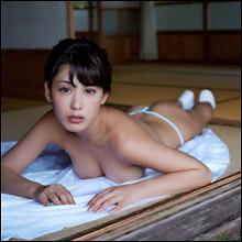 金子智美、ノーブラ柔乳&ふんどしに見えちゃうTバック姿披露! ミスアクショングランプリ受賞で過激さは増すばかり