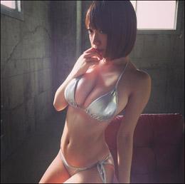 "Hカップ""ぷゆ乳""がこぼれそう! 清水あいり、爆乳際立つメタリックビキニの画像1"