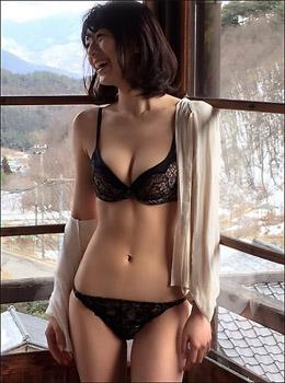 「もはや芸術品」新くびれ女王・佐藤美希、セクシーオフショット連発で男性ファンを魅了の画像1