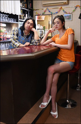 「監督が尋常じゃない執着で胸を撮影」新グラビア女王・片山萌美、夏の新ドラマ『ハロー張りネズミ』でセクシーなスナック従業員役の画像1