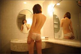 萌木七海、手ブラ&お尻のセンターライン透け見えのセクシーショット!の画像1