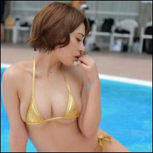 「まん丸乳は出してナンボ」金子智美、過激な水着ショット連発でファン魅了