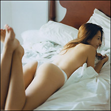 「テラハNo.1美女」Niki、初写真集で上半身ヌード披露! 男性人気爆発で第二の筧美和子に?