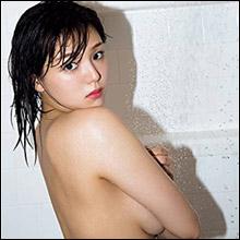 篠崎愛、衝撃の手ブラヌード! 「NG解禁」の3年ぶり写真集にファンの期待高まる