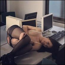 引き裂かれたパンスト越しの巨尻がエロい! 嶋村瞳、むっちりボディ&Mキャラの魅力が凝縮された画像アップ