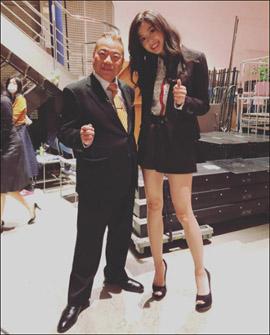 「同じ人類と思えない」9頭身モデル・朝比奈彩、出川哲朗とのツーショットで究極プロポーションに驚きの声の画像1